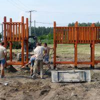 Utat és játszótereket építünk