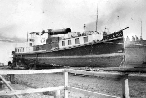 A II. LAJOS gőzös partra húzva Mohácson az 1920-as években.<br /><br />Forrás: http://www.hajoregiszter.hu/tarsasagok/belvizi/mohacs_nagykozseg/63