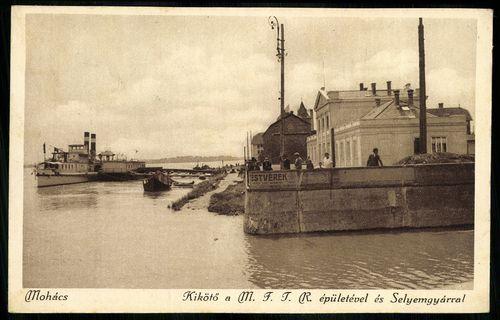 Mohács Kikötő a M. F. T. R. épületével és Selyemgyárral 1934-ből.<br /><br />Forrás: https://gallery.hungaricana.hu/hu/SzerencsKepeslap/71511/?img=0