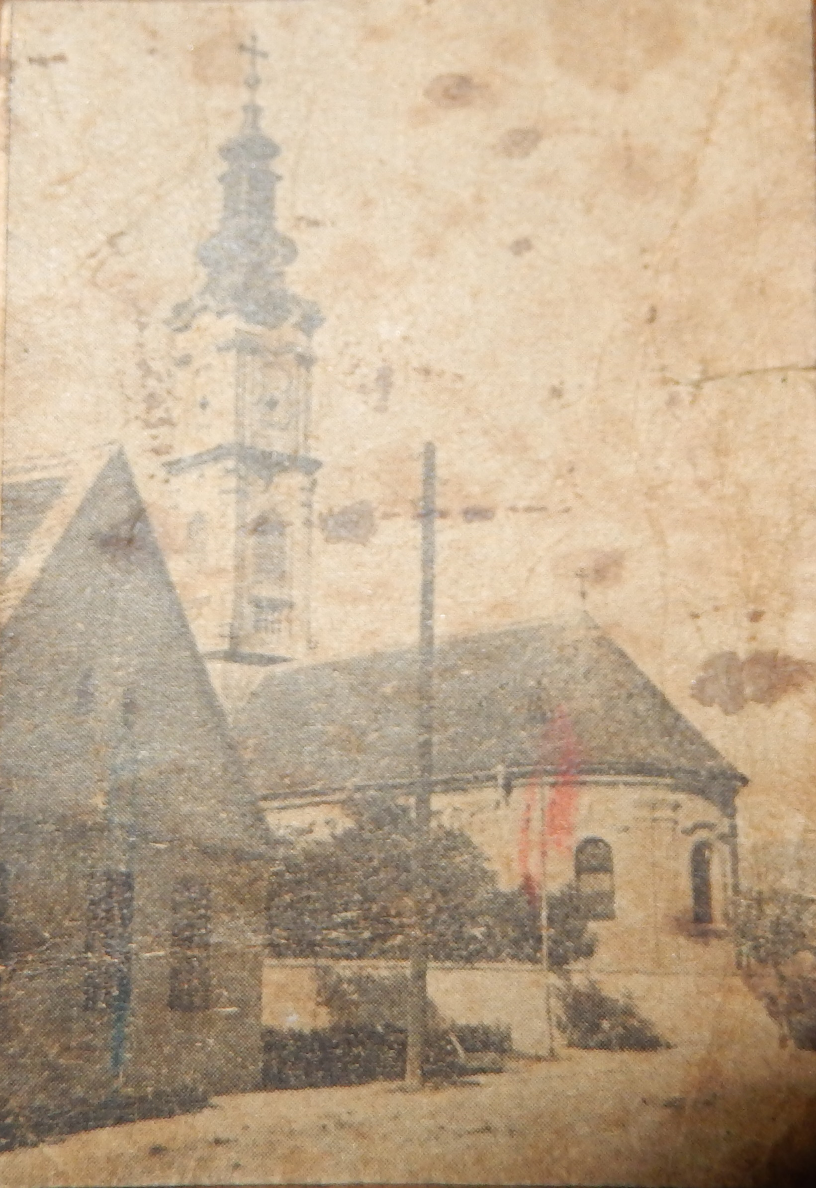 Ilyen volt a régi házuk a Szerb templom mellett, mára csak a falai maradtak meg kerítésnek a sarok felé.