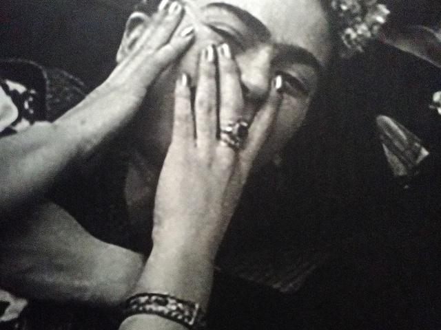 """""""Ágyhoz kötve, életre kárhoztatva."""" Reflexiók és könyvajánló a Frida Kahlo kiállítás kapcsán"""