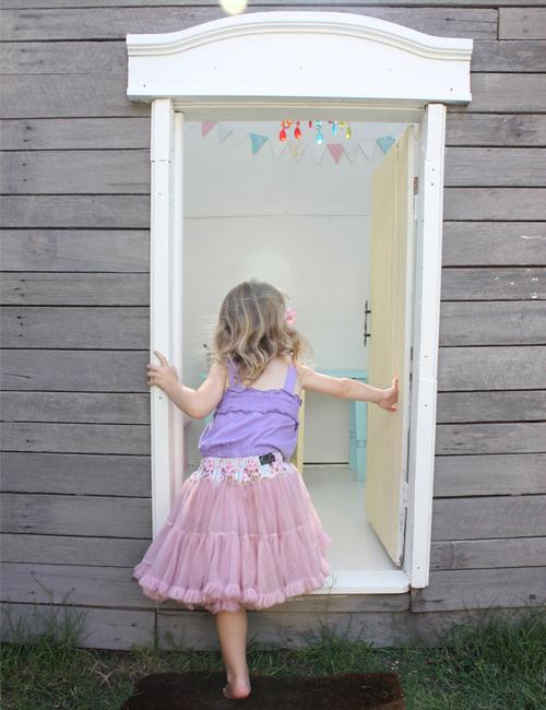 A kunyhó ablakaként pedig egy régi tévészekrény ajtaja funkcionál. ae3b7505c9