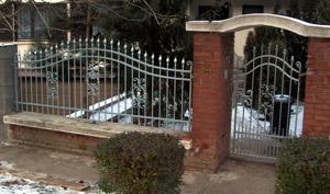 Kovácsoltvas kerítés és kapu