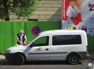 Parkoló szégyenfal megállni tilos táblánál