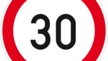 Poénos születésnapi sebességkorlátozó KRESZ tábla