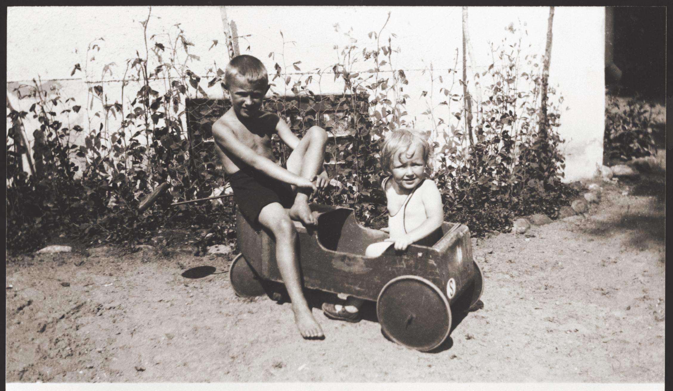 1930s_a_gyermek_ingvar_kamprad_5_eves_koratol_gyufakat_arult_1.jpg