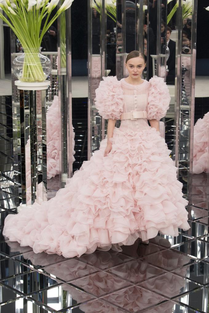 Chanel 2017-es kollekció. Látványos, akár egy habcsók.