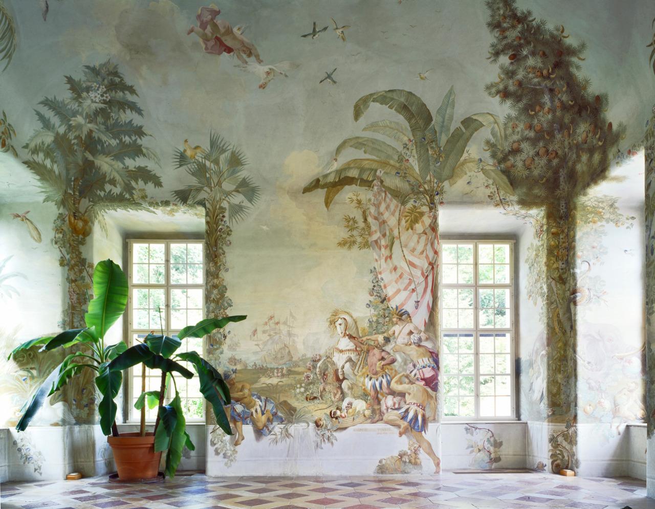 Tapéta helyett - festmény a falon.