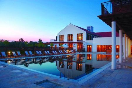 Tisza_Balneum_Thermal_Hotel_Este_a_medence_fell.jpg