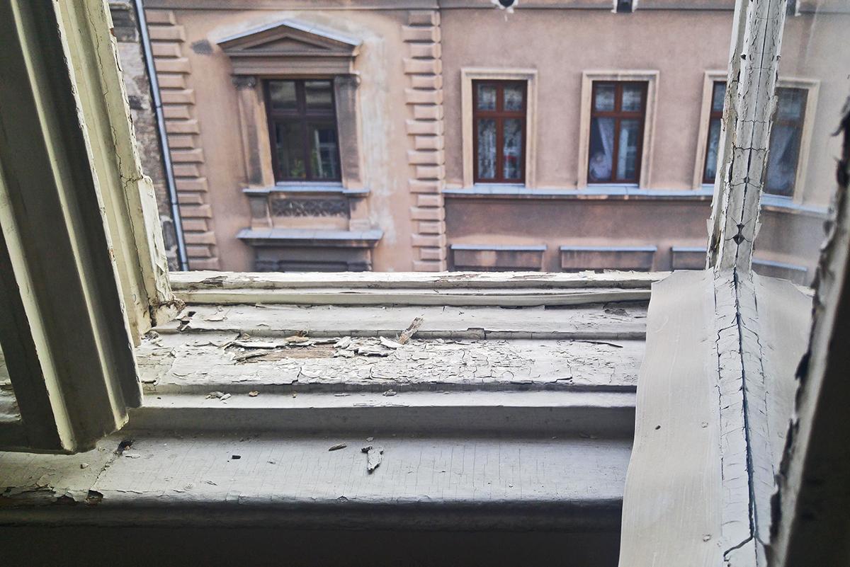 az_ablaknak_mennie_kell.jpg