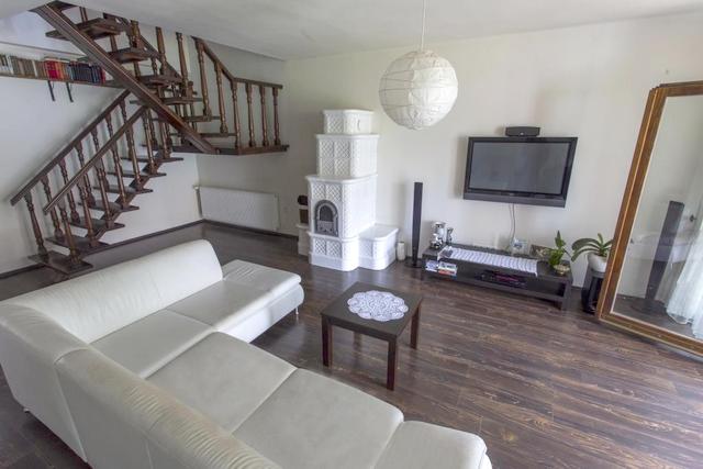 Egyedi kandalló és diófa lépcső - Ízléses otthon Baján