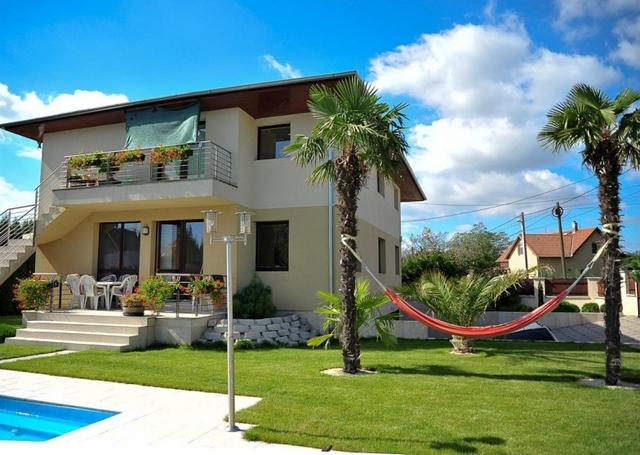 Mediterrán stílus és pálmák az udvaron