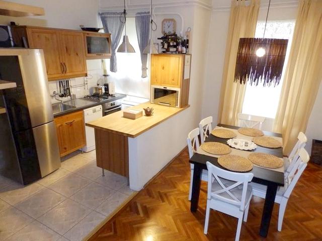 Kényelmes, tetőteres lakás elő- és hátsókerttel