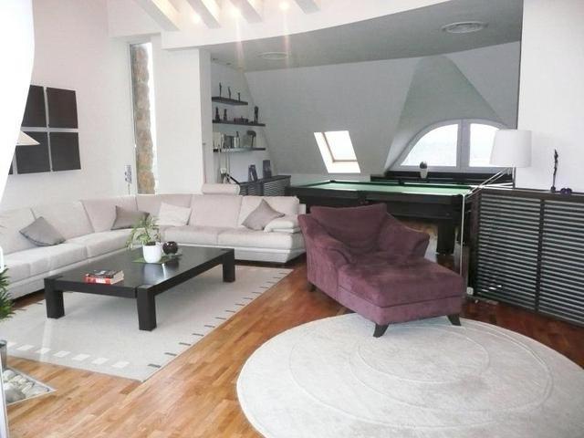 Napfényes luxuslakás egyedi bútorokkal