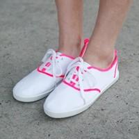 Napi tipp: Hogyan dobd fel a fehér tornacipődet?!