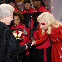 Te milyen ruhában mennél az angol királynőhöz?