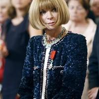 Anna Wintourt egy Chanel ruhában tüntették ki