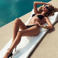 Rosie Huntington-Whiteley nyarat csempész a szeles napba.