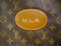 c5df0e8e8a Louis Vuitton kifejlesztett magának egy speciális betűtípust, annak  érdekében hogy nehezebben lehessen hamisítani. Az egyetlen ismérve a  típusnak, ...