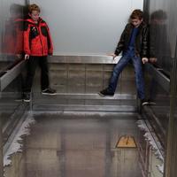 Kamu padlógrafika a liftben - Andrew Walker