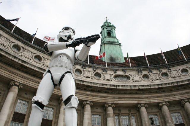 Rohamosztagos bábu a Star Wars-kiállításnak helyt adó County Hall épülete előtt (London, 2007)