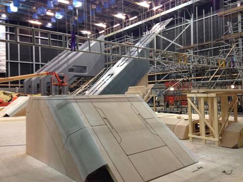 Az utolsó képen egy nagyobb díszlet darabjai. Lehet ez egy épület vagy egy komolyabb méretű űrhajó része is.