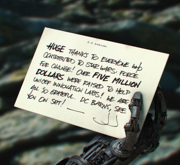 Ez az egyetlen kép, amely minden kétséget kizáróan eredeti. J.J. Abrams rendező ezzel a fotóval köszönte meg a rajongóknak, hogy a Star Wars: Force for Change kampány keretében több millió dollár gyűlt össze az UNICEF javára. Egyesek szerint a képen az inkvizítor keze látható.