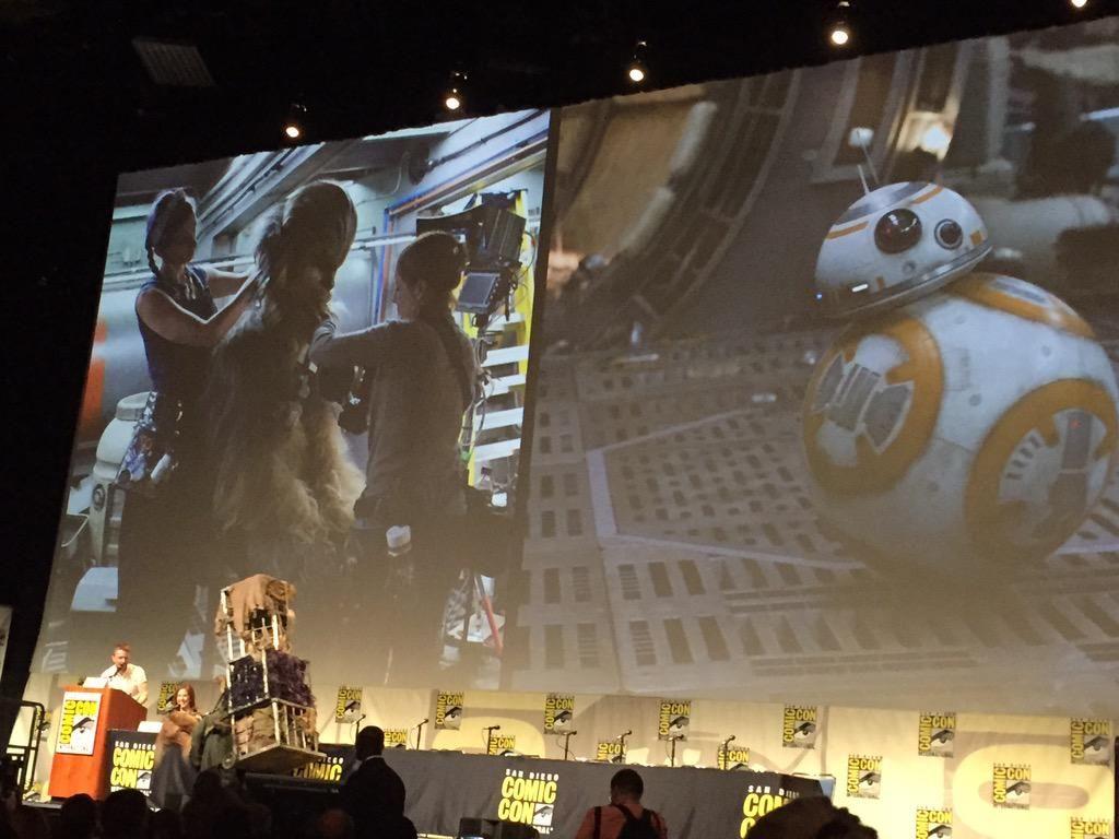 Az ébredő Erő lényei - a kivetítőn Csubakka beöltöztetése és BB-8. (fotó: Twitter)