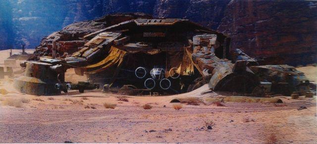 Még több Mad Max-hangulat: lakhatóvá tett lépegető roncs egy újabb fantasztikusan gazdag kidolgozottságú látványterven.