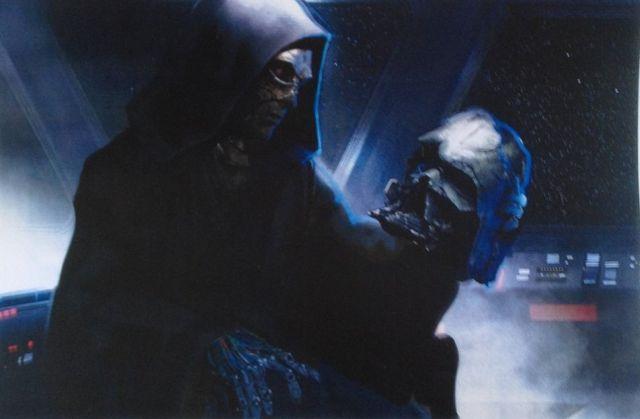 Egy ismeretlen alak Darth Vader sisakjával. A világhálón csak sírrablóként emlegetik.
