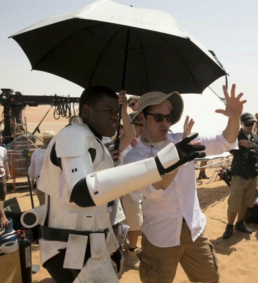 Boyega és Abrams a forgatáson