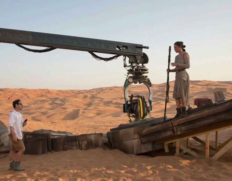 J.J. Abrams rendező és Daisy Ridley egy lépegető lábán Abu Dzabiban.