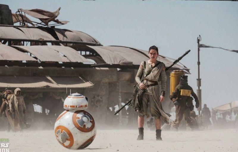 Rey (Daisy Ridley) és BB-8, aki alighanem új kedvenc lesz.