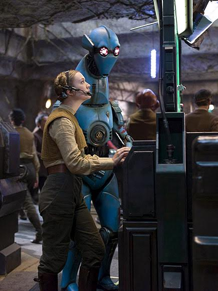 Billie Lourd és egy droid