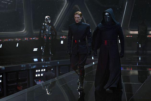 A sötét oldal: egy csillagromboló hídján Hux tábornok, Kylo Ren és a háttérben Phasma kapitány