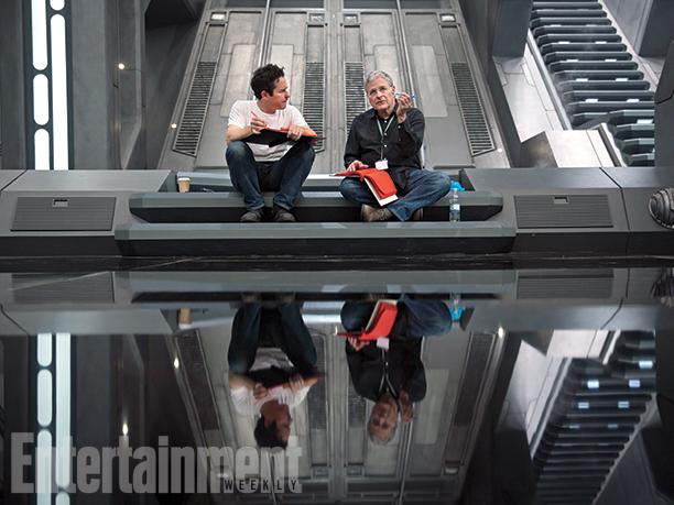 A Starkiller bázis díszletében J.J. Abrams rendező, Lawrence Kasdan forgatókönyvíró és a fénymásolásbiztos, piros papírra nyomtatott forgatókönyv.