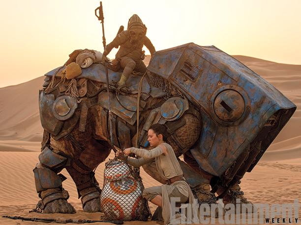 Rey (Daisy Ridley) kiszabadítja BB-8-at Teedo, a homoklakó és furcsa kinézetű hátasállata fogságából.