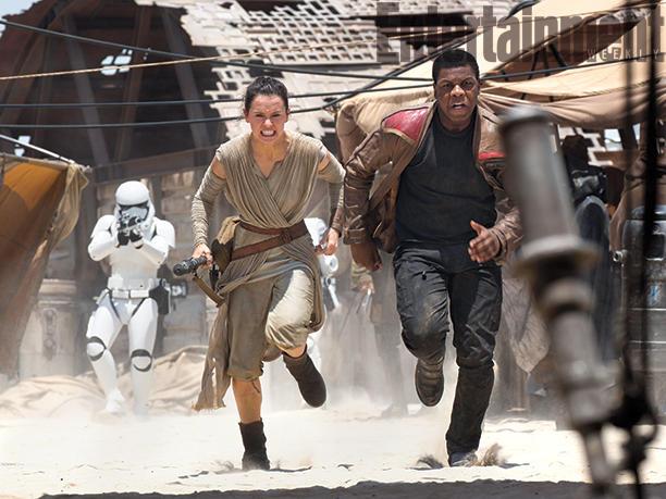 Miután az Első Rend felforgatja a Jakku bolygó nyugodalmas hétköznapjait, Rey és Finn kénytelen futni az életéért.