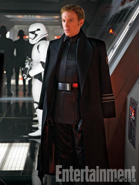 A jólfésült Hux tábornok (Domhnall Gleeson) a Birodalom maradványain született Első Rend kegyetlen vezetőinek egyike.