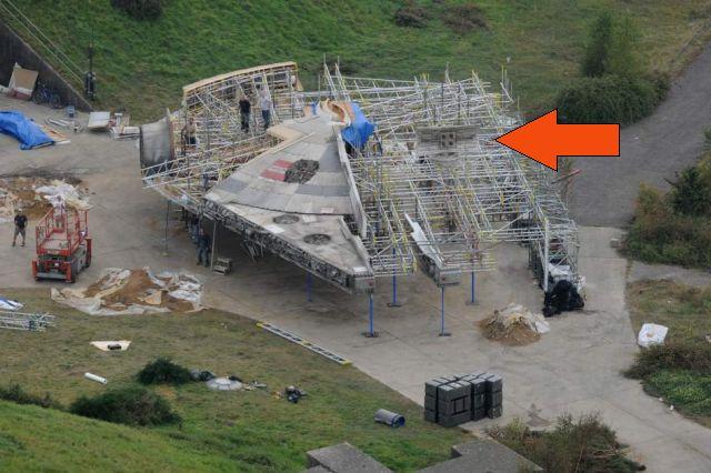 Lám, a Falcon tányérantennáját szögletesre cserélték. Az űrhajó A Jedi visszatérben, a II. Halálcsillag elleni támadásban hagyta el az eredeti antennáját. (forrás: 20minutos.es)