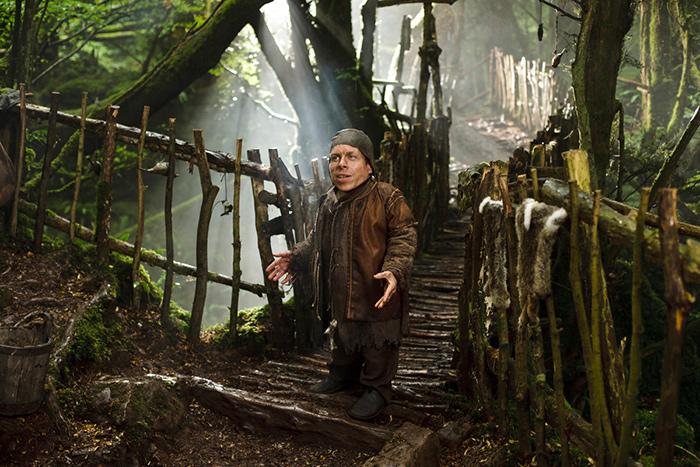 Warwick Davis a Merlin egyik epizódjában. Díszlettervező sem tervezne jobb helyszínt Puzzlewoodnál.