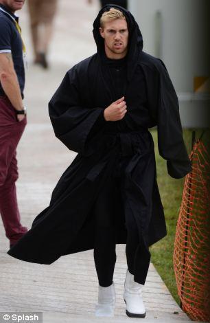 A Daily Mail fotósa kapta le a parkolóban ezt a félig beöltözött birodalmi rohamosztagost. A jelmez alsó rétege ez a fekete ruha, de árulkodó a csizma is.