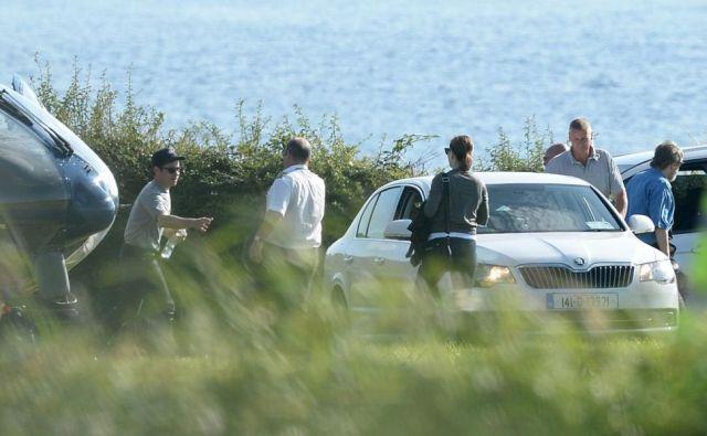 J.J. Abrams rendező (balra) és Mark Hamill (kék ingben, jobbra) helikoptere épp visszatért a szigetről. (fotó: The Movie Bit)