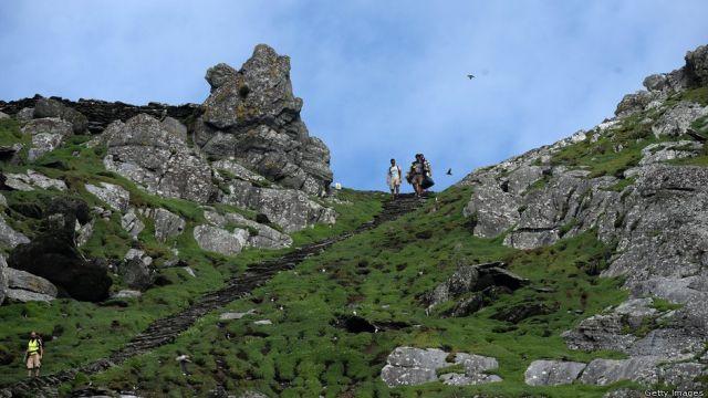 Filmesek a szigeten. Az egykor itt élő szerzetesek 600 lépcsőt vájtak a sziklákba. (fotó: theforce.net fórum)
