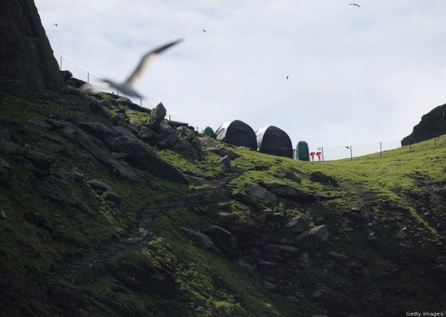 A stáb által felállított sátrak. A produkció 12 hajót bérelt ki, hogy a szigetre szállítsa a felszerelést. (fotó: theforce.net fórum)
