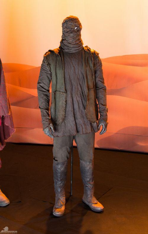 Roncstelep banditája.<br /><br />A maszk anyaga pamut, a mellény kenderből készült. Az alsó köntös pamutot és fémet is tartalmaz, a nadrág vászon, a csizma pedig bőrből van.<br /><br />(fotó: rebelscum.com)