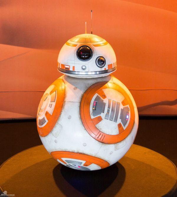 A távvezérelt BB-8: Megfigyelhető, hogy hasonló ajtók és nyílások vannak rajta, mint R2-D2-n.<br /><br />A robot teste egyedileg öntött, UV-kezelt anyagból készült. A borításon kopásálló poliuretán gumi lapok és alumíniummal kitöltött poliuretán gyanta berakások kaptak helyet.<br /><br />(fotó: rebelscum.com)