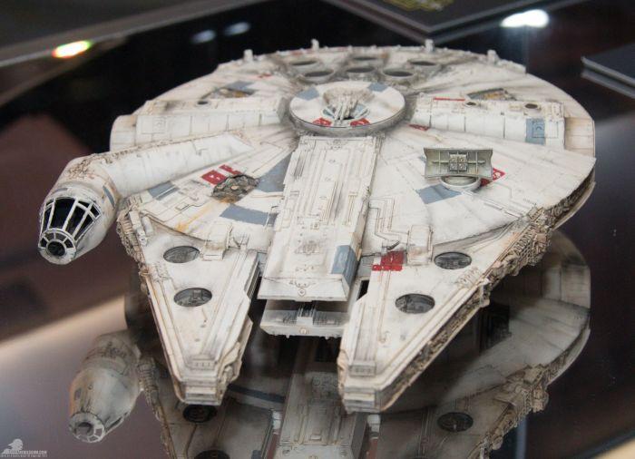 'A Millennium Falcon egy alaposan átalakított koréliai könnyű teherszállító, csempész körökben igazi legenda, és sokan fenik rá a fogukat, minthogy a leggyorsabb ócskavas a galaxisban' - olvasható a leírásban.<br /><br />(fotó: rebelscum.com)