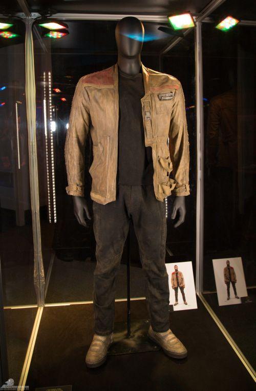 Finn jelmeze.<br /><br />A kabát nubuk bőrből készült. Az ing anyaga pamut, nejlon és műszál. A nadrág pamutból, a csizma pedig bőrből van.<br /><br />(fotó: rebelscum.com)