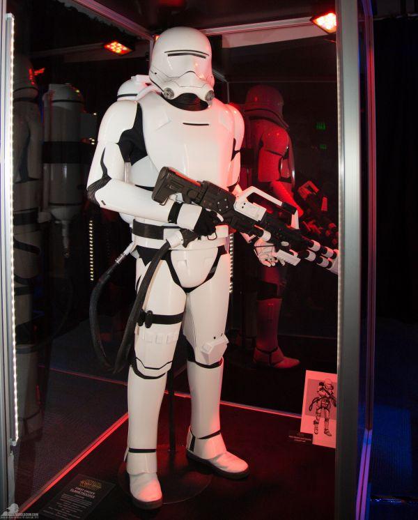 'Az Első Rend speciális rohamosztagosai, a flametrooperek lángszóró fegyverzetet hordanak, amely képes bármely csatateret pokoli lángokba borítani.' Mellesleg jól is néz ki.<br /><br />(fotó: rebelscum.com)